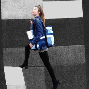 ET UNIKA – EKSKLUSIV CITY BAG I PATCHWORK STIL AF RECYCLED DENIM I BLÅ NUANCER